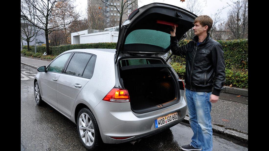 VW Golf VII, Kofferraum, Warndreieck