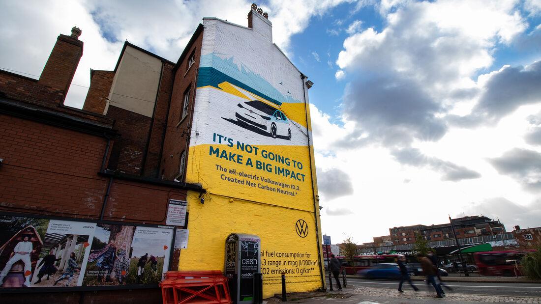 VW-ID.3-Werbung in Birmingham mit Airlite-Gemälde