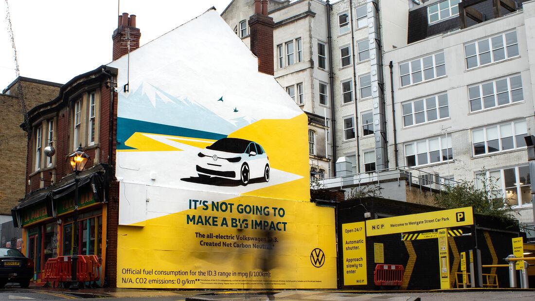 VW-ID.3-Werbung in Cardiff mit Airlite-Gemälde