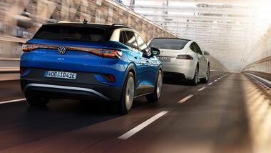 VW ID.4 Jagd Tesla Model S Collage