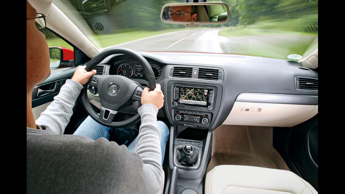 VW Jetta 2.0 TDI Highline, Cockpit, Lenkrad