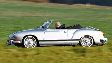 VW Karmann-Ghia Cabriolet, Seitenansicht, Ausfahrt