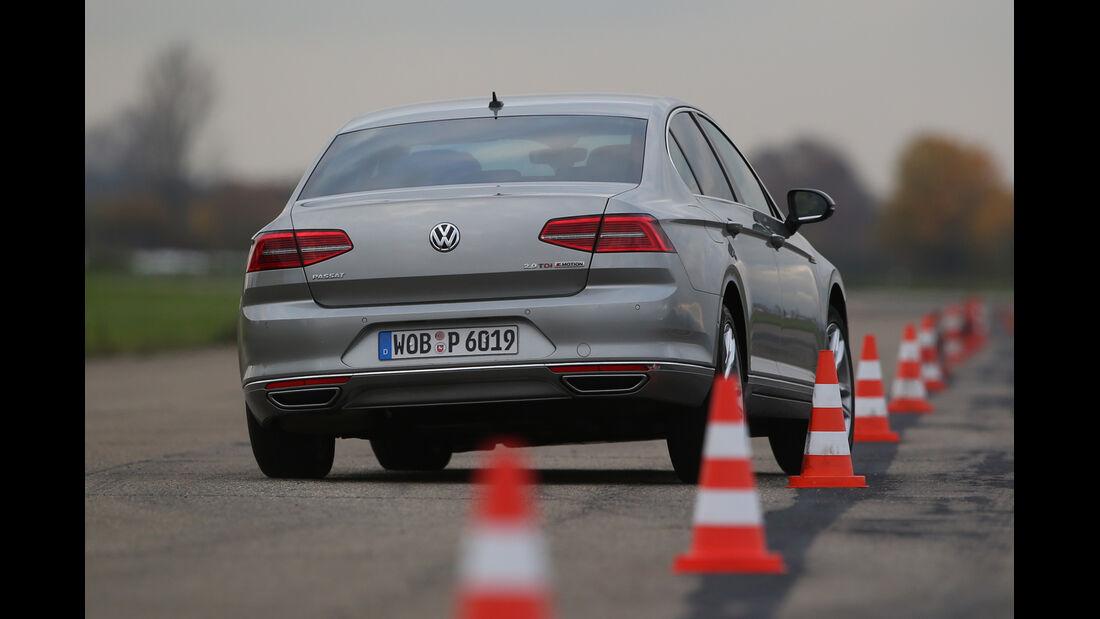 VW Passat 2.0 TDI 4Motion, Heckansicht, Slalom