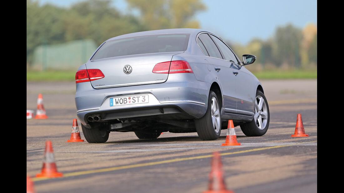 VW Passat 2.0 TDI DSG, Heckansicht, Slalom