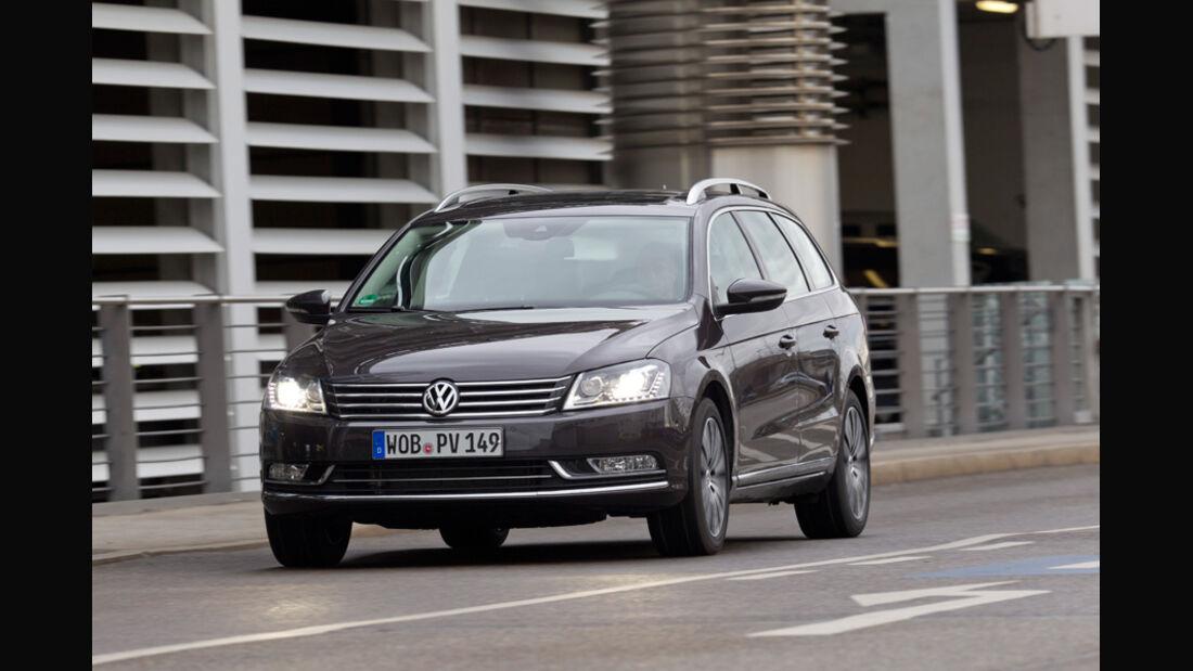 VW Passat Variant Blue TDI Highline, Frontansicht, Scheinwerfer, Licht an