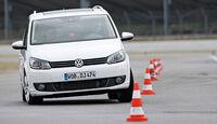 VW Touran 2.0 TDI Highline, Frontansicht, Slalom