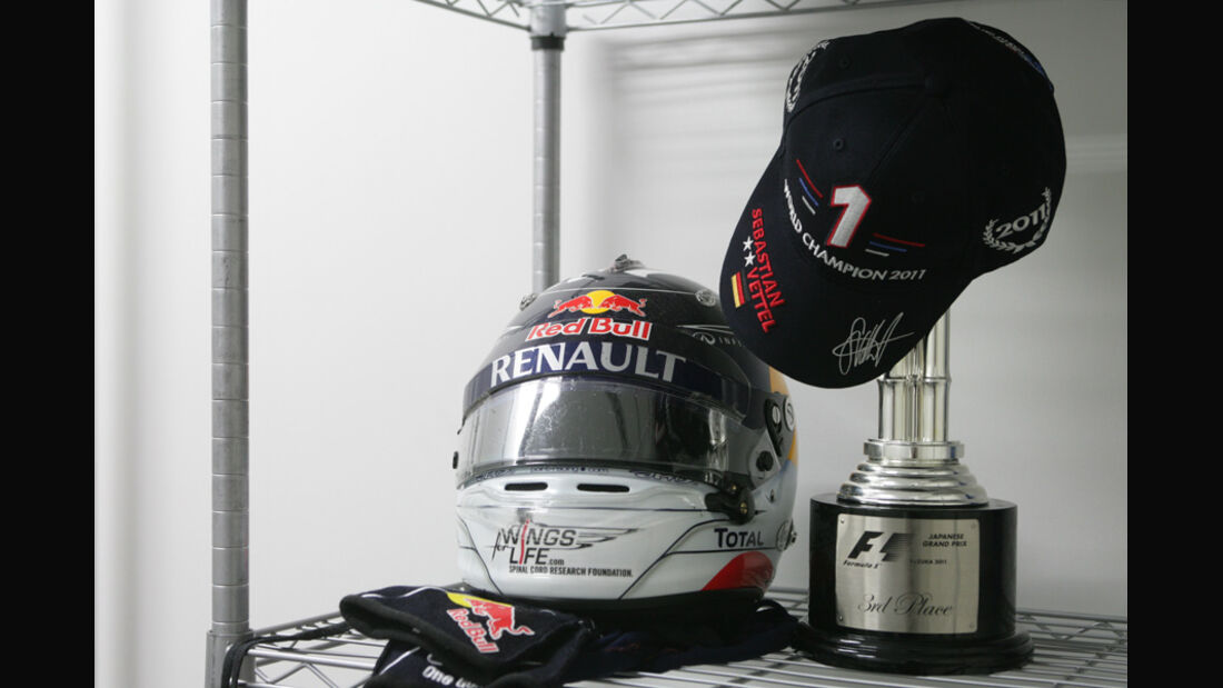 Vettel-Helm  WM-Feier GP Japan 2011