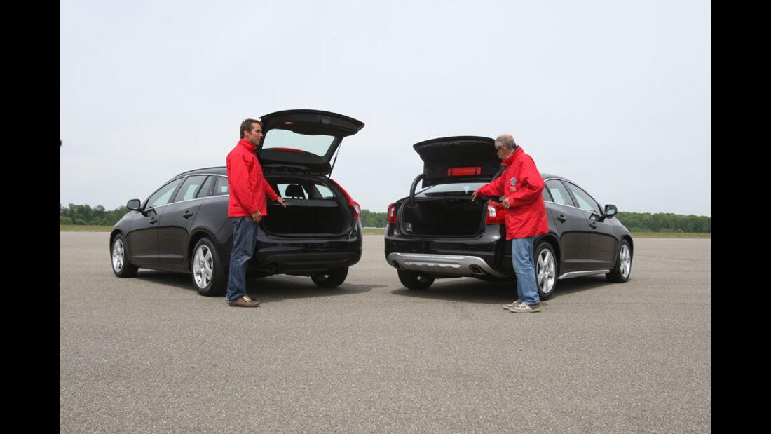 Volvo V 60, Volvo S 60, zwei Fahrzeuge, Redakteure, Heckklappe offen