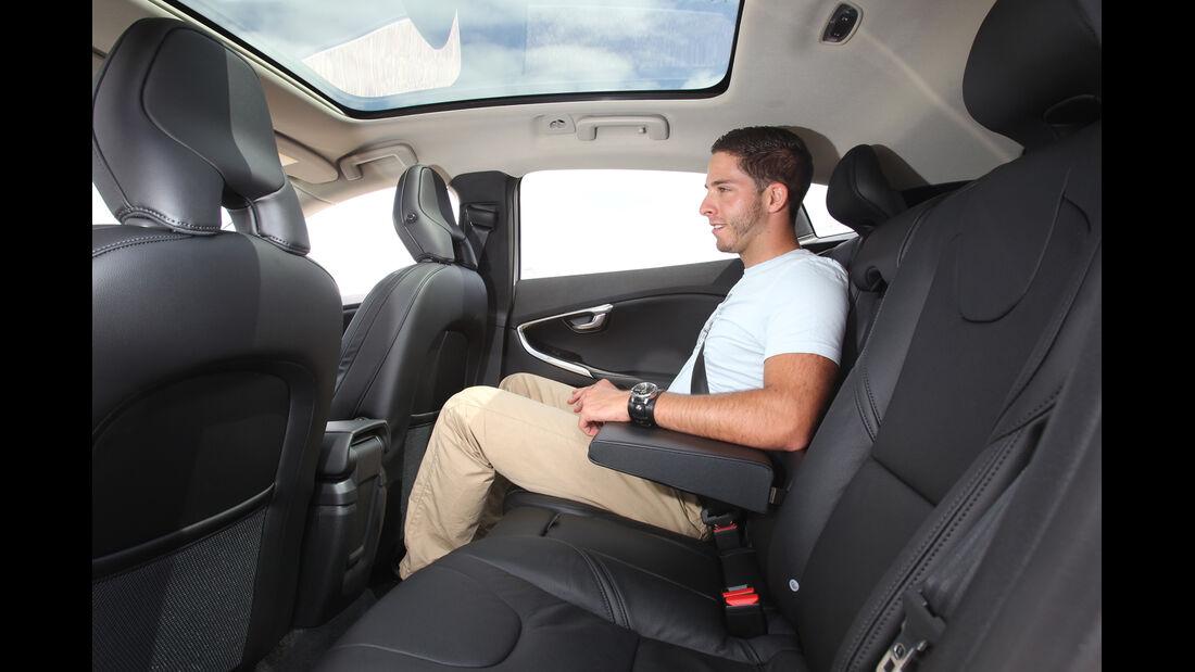 Volvo V40 D4 Summum, Rücksitz, Beinfreiheit