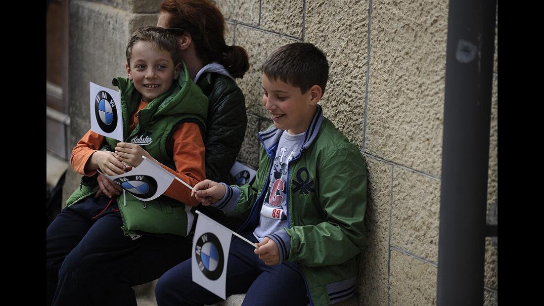Zwei Kinder mit BMW-Fähnchen