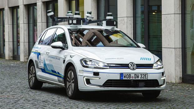 autonomes Testfahrzeug VW Golf