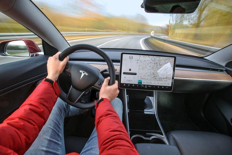 Urteil nach Tesla-Unfall: Gericht verbietet Touchscreen-Bedienung
