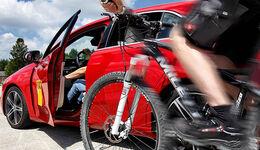 parkendes Auto Fahrradfahrer Fahrradunfall