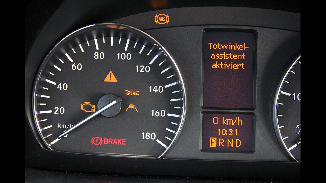 promobil Megatest 2014, Basisfahrzeuge, Mercedes Sprinter, Instrumente, Totwinkelassistent