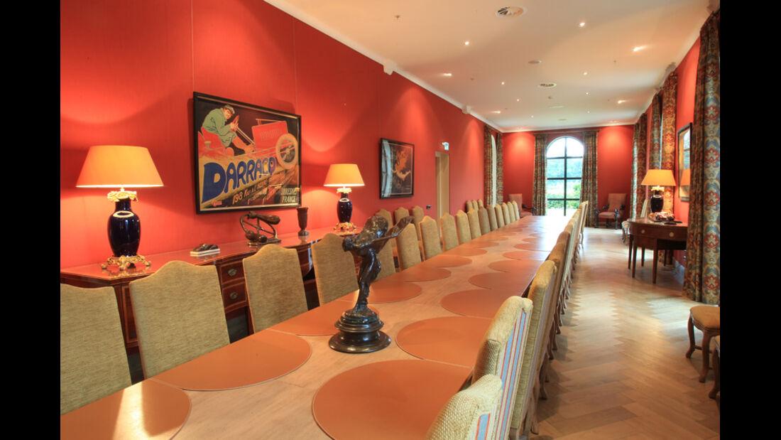 spezieller Raum mit langer Tafel